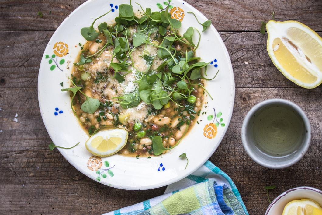 Italienische Frühlingssuppe mit Fregola, vielen Kräutern, Spargel und Zitrone
