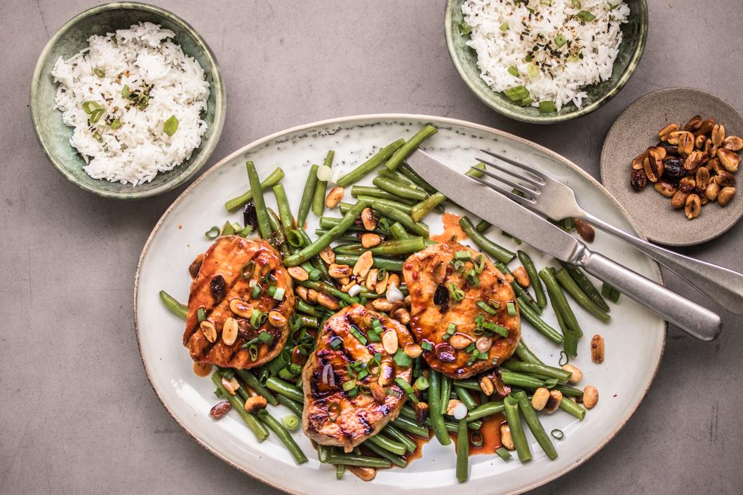 Gegrillte Schnitzel mit Limetten-Gochujang Sauce, Erdnüssen und grünen Bohnen