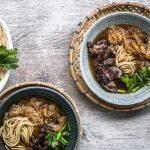 Französisch-Asiatische Zwiebelsuppe mit Kalbsbäckchen und Ramen