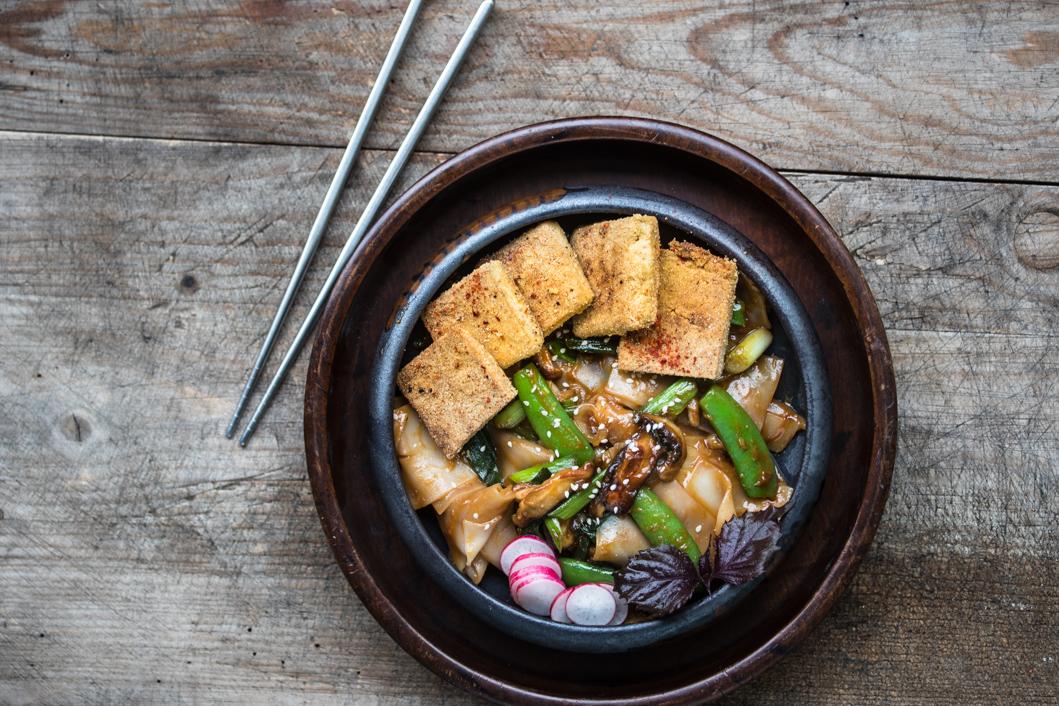 Knuspriger Tofu mit Chili-Sesam Sauce und Reisnudeln