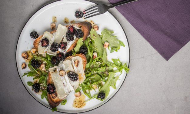 Brombeeren, Ziegenkäse und Rucola Tartines mit Haselnüssen