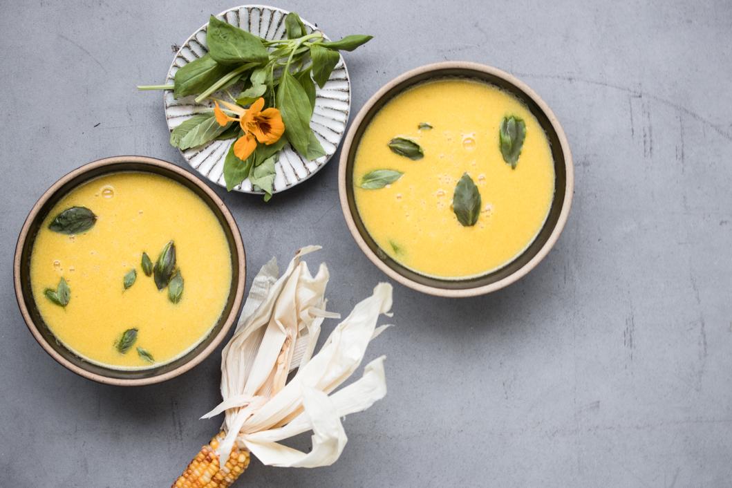 Samtige Maissuppe mit Safran und Basilikum