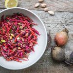 Salat von bunter Bete und Karotten mit Minze, Tahini und Pistazien