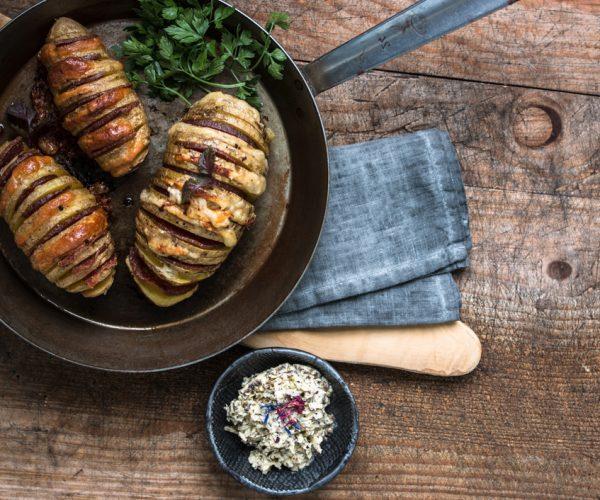 Hasselback Kartoffeln mit ungarischer Salami, getrüffeltem Pecorino Käse und Trüffelbutter