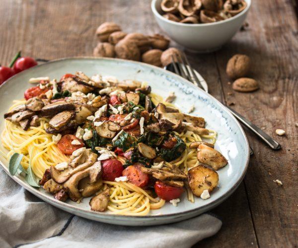 Schnelle Spaghetti mit Steinpilzen und Salsiccia und das geduldige Schälen von frischen Walnüssen